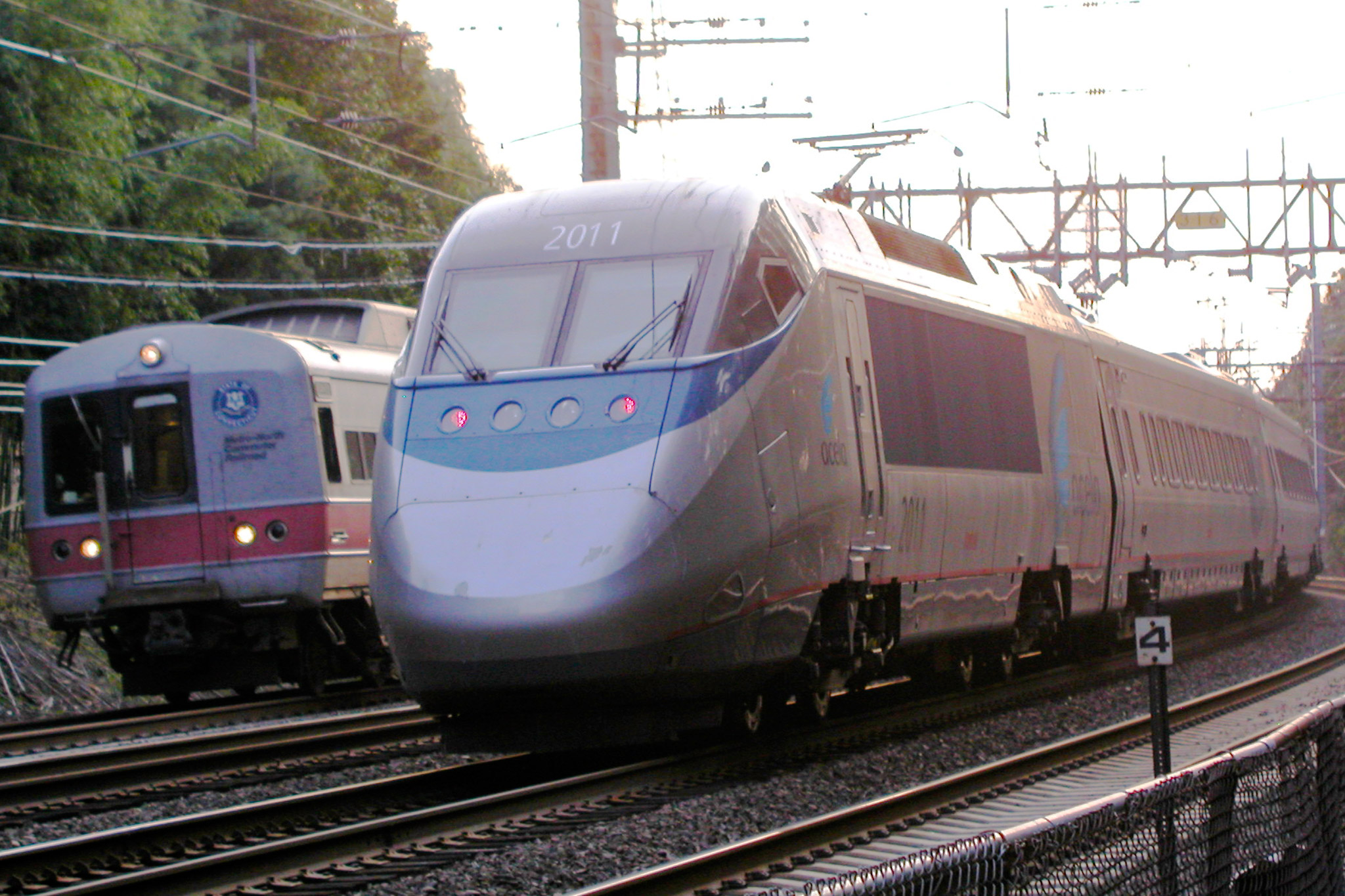 Muoversi in treno a New York - Foto https://commons.wikimedia.org/wiki/File:Acela_Express_and_Metro-North_railcar.jpg